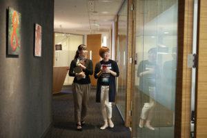 廊下を歩く女性社員たち